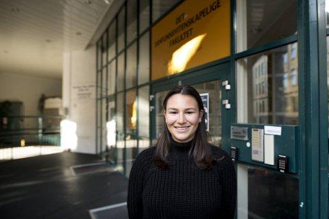 Sarah Angelina Gregori (22) er en av dem som står klar til å stille opp, men hun har ventet tre uker på politiattest.