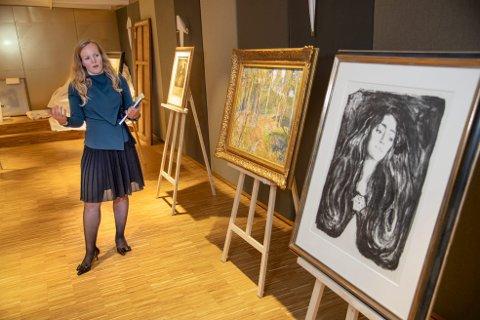 Ekspertleder Andrea Forsberg viser frem de 50 verkene til en verdi av 45 millioner som Blomqvist har med seg for et døgn til Bergen.  Foto: Eirik Hagesæter