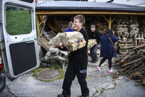 René Grøttå har kommet til Arna Dagsenter i over ti år. Han er spesielt glad i  å drive med vedproduksjon og møbelsnekring.