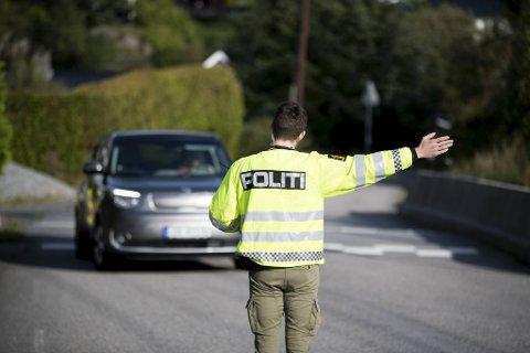 Trafikkpolitiet stopper Anne Ervik i Drotningsvik.