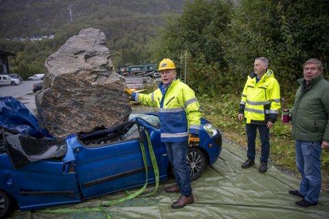 Willy Padøy, Stein Ove Hansen og Tor Woldseth beundrer verket som skal kjøres fra Bergen til Voss i morgen.