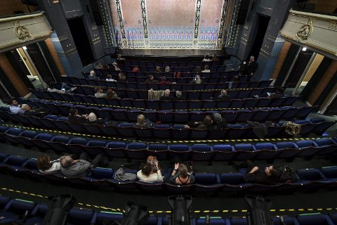 Glissent på Den Nationale Scene under premieren av «Alle tiders Bergen – 950 år kort fortalt» 11. september.