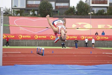 Erlend Bolstad Raa lever ut guttedrømmen når han konkurrerer i norgestoppen i høydehopp. Søndag vant han NM-sølv.