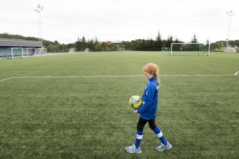 Olivia Johansen vil gjerne fortsette å spille på guttelaget til Skjergard, men klubben nekter åtteåringen å gjøre det.
