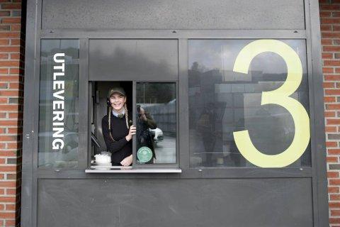Victoria Øysteinsen og kollegene i Laguneparken serverer stadig flere bilkunder. Nå planlegger McDonald's en ny drive through-restaurant i Åsane for å møte konkurransen fra Burger King.
