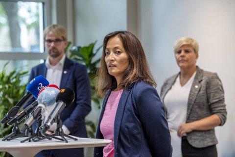 Smittevernoverlege Karina Koller Løland (foran) med byrådsleder Roger Valhammer og helsebyråd Beate Husa.