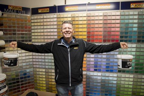 I oktober er det hundre år siden bestefaren Odin startet fargehandel i Bergen sentrum. Til tross for mange lange dager har ikke Stig Johannessen mistet humøret. Eller gleden av å selge maling.