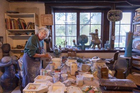 De siste ukene har det blitt ufattelig mange timer i verkstedet på Kari Bugge Gjerstad (95). I dag åpner utstillingen «Liv og leire» i Prosjektrommet på Kraft. Der vil det både være arbeider som er i privat eie, men også Odka-verk til salgs.