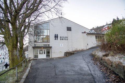 Hele ungdomstrinnet ved Holen skole kan bli sittende hjemme på uviss tid.