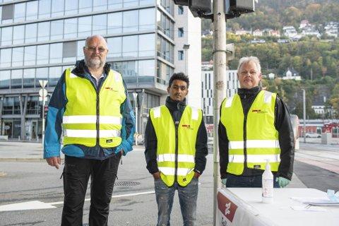 (Fra v.) Sjåførene Ørjan Takle og  Harmon Araia kjører til daglig buss på Sotra. Mandag sto de streikevakter i Bygarasjen sammen med hovedtillitsvalgte Kenneth Sveen fra Tide-klubben.