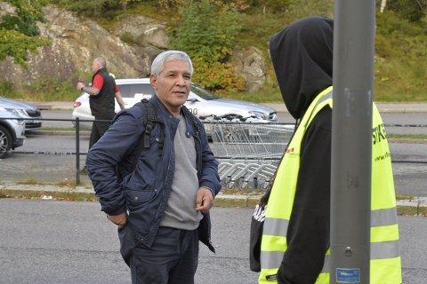 Edhem Tursen (56) får her beskjeden om at det ikke går buss av Helge Andersen (53).