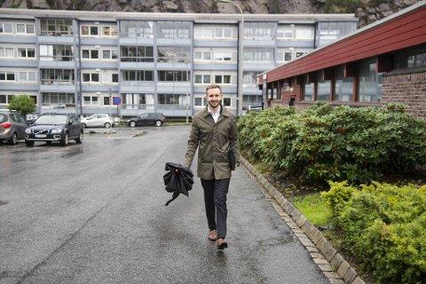 Eiendomsmegler Are Fotland opplever travle tider. Kjøperne står i kø og det er vanskelig å skaffe nok bruktboliger for salg. Her er han på vei til en potensiell selger i Skytterveien i Sandviken.