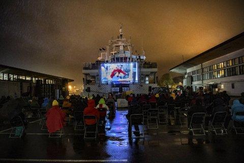 Forskningsskipet FF «Dr. Fridtjof Nansen», som eies av Norad og er drevet av Havforskningsinstituttet, hadde en litt annen «jobb» tirsdag kveld. Da ble hekken på skipet brukt som kinolerret.