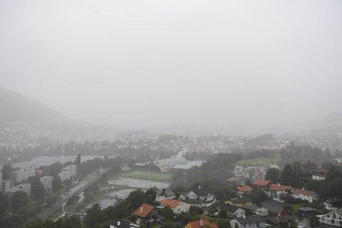 Mye nedbør, vind og lavt kraftbehov er ikke godt nytt for kommunens tjenester.
