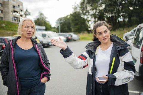 Lise Wergeland Strømmen (t.v.) og Caroline Sandven Taule mener kommunen kan flytte de foreslåtte kommunalboligene til et annet sted på Sandsli.