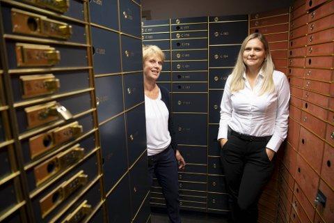 Sølvi Revheim og Helene Terkelsen i Sparebanken Vest Åsane aner ikke hva som skjuler seg i bankboksene. Men noen få hint har de fått.