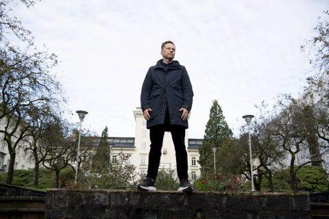 Erik Kolstad er leder for Climate Futures, som skal holde til i Bjerknessenterets lokaler på Geofysisk institutt i bakgrunnen.