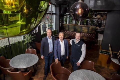 Fra venstre: Jonas Lundahl, Ole Jan Strønen og Dan Even Fjellskål ser frem til at det skal serveres franskinspirert mat og drikke i disse lokalene fremover.  – Vi vil skape noe Bergen ikke har fra før, sier Fjellskål.