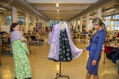 Nasjonalmuseet har kjøpt kåpen «Soft may coat» og kjolen «Best bud dress» fra klesprodusenten Oleana i Ytre Arna. Designer Matilda Norberg (til venstre) og administrerende direktør Gerda Sørhus Fuglerud synes det er veldig stas.