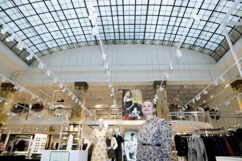 Butikksjef Deborah Swärd Stevnebø øker sin eierandel i Høyer Bergen AS. Selve bygget eies av Odfjell Eiendom.