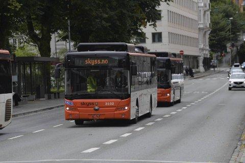 Her kjører de to første el-bussene gjennom sentrum. I løpet av de kommende ukene kommer 88 slike til Bergen direkte fra Kina.