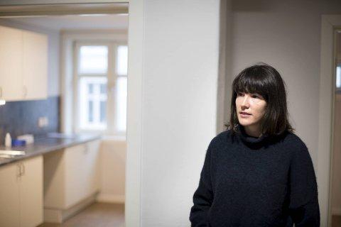 Katrine Nødtvedt viser oss rundt i leiligheten hvor en kongolesisk familie skulle ha flyttet inn.