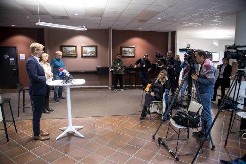 På en pressekonferanse tirsdag kveld fortalte byrådsleder Roger Valhammer (foran til v.) at byrådet nå strammer kraftig inn på smitteverntiltakene i kommunen.