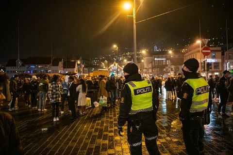 Politiet sto flere strategiske plasser i sentrum, men det var også svært mye å gjøre i bydelene i natt.