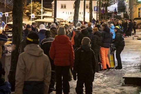 Hundrevis av bergensere stod i kø da de fikk melding om teknisk feil på Fløibanen.