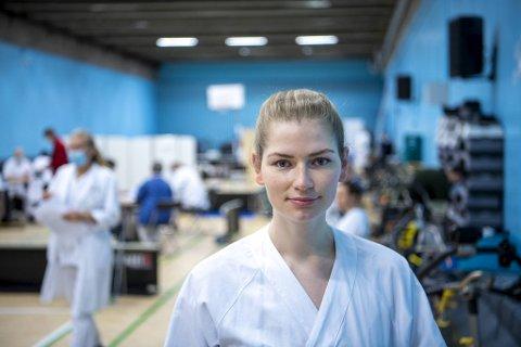 Sykepleier Mari Hauge Hammersland (25) var den første som fikk vaksinen. Hun har selv pleiet koronapasienter, og sett at også unge kan bli svært syke. – Jeg har lenge tenkt at jeg ville ta den, sier hun.