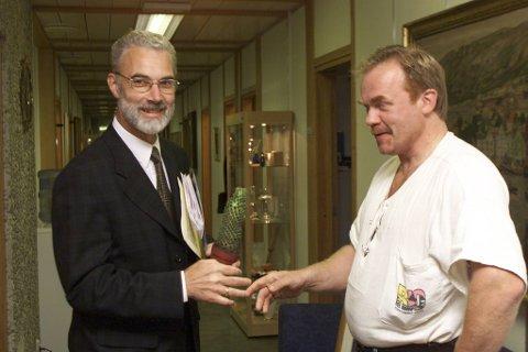 Kurt Oddekalv delte ut miljøpriser og kaktuser på Rådhuset i 1999. Daværende ordfører Ingmar Ljones fikk kaktusen av miljøforkjemperen.