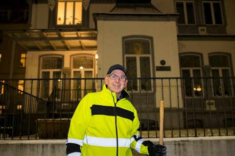 Vaktmester Melvin Fauske måkte fortauet i Olav Kyrres gate tirsdag kveld.