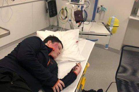 Halve ansiktet til Trym Davidsen ble oppskrapet og hovent i akeulykken. Her ligger han på akuttmottaket på Haukeland.