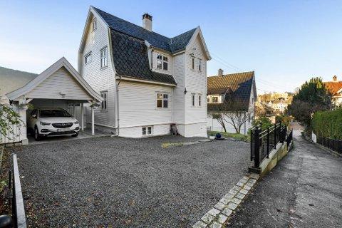 Gimlebakken 20 i Årstad bydel ble solgt for 8,25 millioner kroner etter en heftig budrunde. Nærmere 100 interessenter møtte på maratonvisning i det 104 år gamle huset.