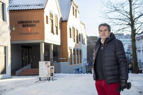 Kirkeverge Asbjørn Vilkensen i Bergen kirkelige fellesråd er her avbildet utenfor Kirkens hus i Marken, hvor BKF er samlokalisert med Bergen domkirke menighet.