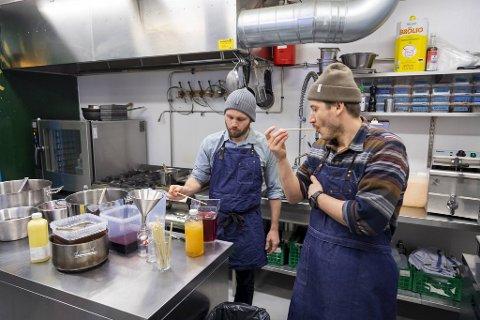 På kjøkkenet til Vinyl eksperimenterer Odd Fjeldsgaard Rasmussen og Simon Bronse i Bargruppen. De prøver å finne ut av hvordan de kan forlenge holdbarheten, og jobber med ulike konsentratløsninger. Hvis de ikke får det til, har de en plan B.