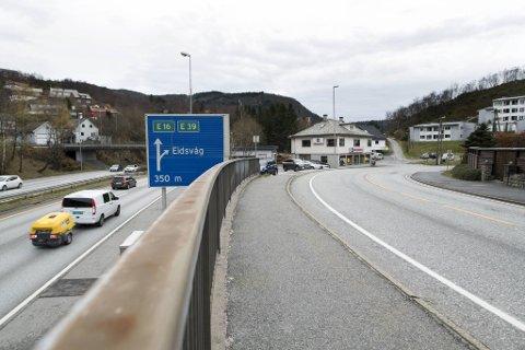Byrådet ønsker at Bybanen skal gå i en dagsløsning gjennom Ervikveien. Når saken skal stemmes over i bystyret, vil flertallet ha den i tunnel på motsatt side av motorveien.