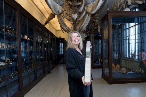 Kikki Kleiven, her på Naturhistorisk museum,  har nettopp mottatt kjerneprøver som hun skal bruke når hun skal gjennomgå hvordan planeten vår har forandret seg gjennom de 4,5 milliarder år den har eksistert. Disse gir informasjon om forholdene da dinosaurene døde ut.