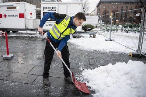 Petter Smistad er en av vekterne i PSS Securitas som utfører andre tjenester enn selskapet normalt gjør. Her er han på vakt hos Bergen kommunes teststasjon på Festplassen.