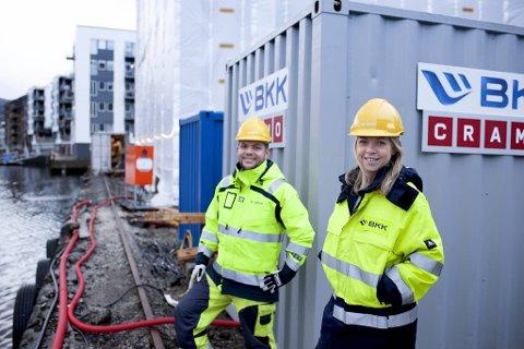 Prosjektutvikler Kjetil Strand Solheim og prosjektleder Camilla Moster i BKK tester batteri i tørkeprosessen på BOBs boligprosjekt ved Damsgårdssundet.