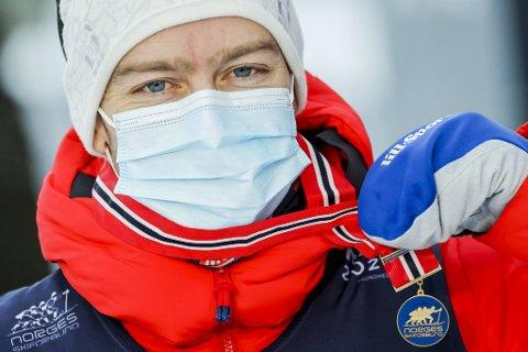 Sjur Røthe med gullet etter 15 kilometer fri teknikk i Granåsen i Trondheim tirsdag.
