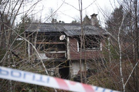Politiet sperret i helgen  av et område rundt hyttene som ble herjet av brann.