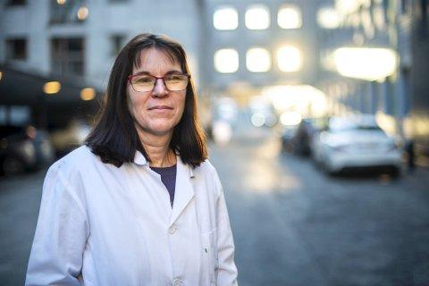 Professor Rebecca Cox mener risikoen knyttet til alkoholservering er begrenset så lenge det bare skjer til maten.
