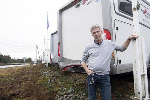 Frode Formo, salgssjef ved Ferda Bergen, mener bobilene trolig har blitt beskutt fra veien.
