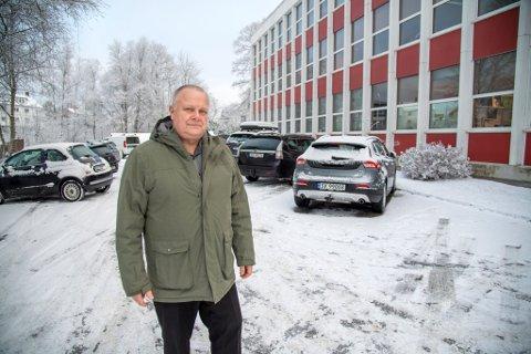 Rektor Olav Lunde Fjelltveit ved Hop Ungdomsskole forstår ikke hvorfor ungdomsskolen må avgi p-plasser for at naboeiendommen skal fortettes.