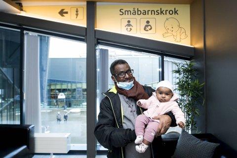 Firebarnsfar Tewelde Weldegebriel (46) fra Landås har ingen problemer med å bruke opp månedslønnen sin til tross for koronarestriksjoner og mindre reising. Her slapper han av i småbarnskroken på Horisont med sin tre måneder gamle datter.
