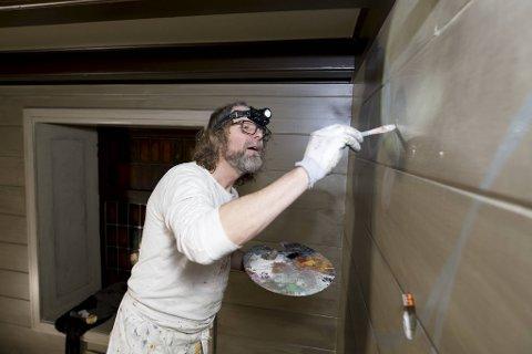 Einar Nilsson er ingen rosemaler, og kaller det han driver med for «fantasi-rosemaling».