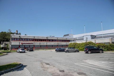 Over 90 personer må i karantene etter at en elev ved Sandsli VGS testet positivt for korona tirsdag.