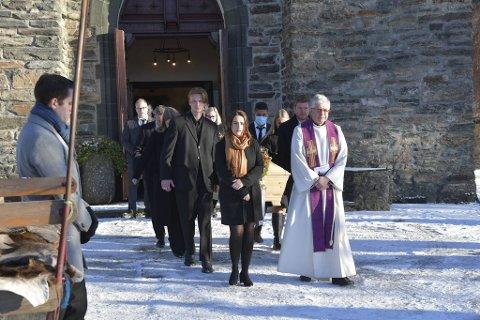 Prest Thor Sommerseth ledet an da kisten ble båret ut av Fana kirke.
