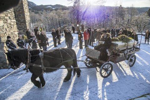 Kurts båre ble brakt bort på en vogn dekket med skinnfeller, trukket av hans egen hest i det flotte vinterværet.
